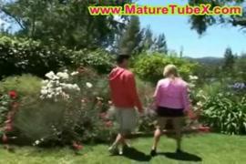 Madre e figlio al giardino