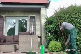 La mummia di vapore tedesca paga straniero con la vite dopo il lavoro