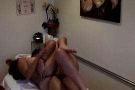 Lo storditore asiatico ha devastato sul tavolo da massaggio dal suo cliente