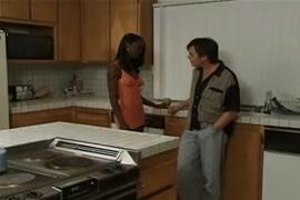 Nero adolescente in cucina